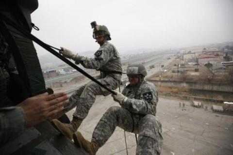 Các binh sĩ từ Sư đoàn Bộ binh số 2 của Mỹ từ trực thăng xuống mặt đất trong một vụ tập huấn tấn công tại Trại Casey ở Dongducheon, phía bắc Seoul hồi tháng 3/2013.