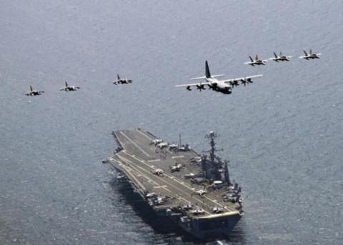 Chiến cơ C-130 của đơn vị Thủy binh lục chiến Mỹ dẫn đầu đội hình gồm các máy bay không kích F/A-180C Hornet và A/V-8B Harrier bay trên tàu sân bay USS George Washington tại vùng biển phía đông của Hàn Quốc, tháng 7/2010.