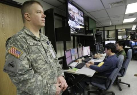 """Trung tá James Holley (trái) từ Kansas đứng tại Trung tâm Mô phỏng chiến đấu kết hợp cho các cuộc tập trận chung có tên """"Giải pháp then chốt và Đại bàng non"""" giữa Mỹ và Hàn Quốc, kéo dài đến hết tháng 4/2013."""