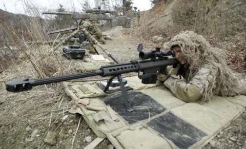 Tay súng bắn tỉa của Thủy binh Lục chiến Mỹ cầm vũ khí trong một đợt tập trận bắn đạn thật trên phố ở Pocheon, cách Seoul 46km về phía đông bắc và cách khu vực phi quân sự 15km.