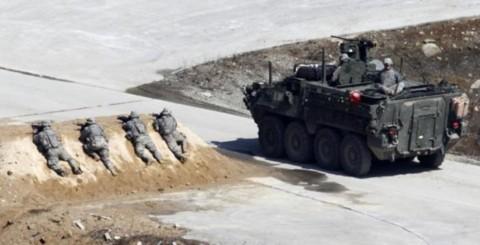 Binh sĩ Mỹ trong nhóm Chiến đấu Lữ đoàn Stryker tập trận bắn đạn thật tại Seungjin, cách Seoul 46km về phía đông bắc.