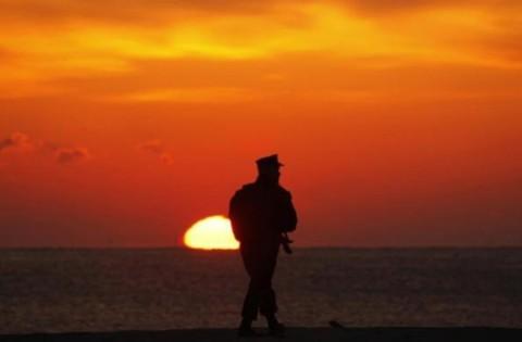 Lính thủy đánh bộ của Mỹ đứng gác khi mặt trời mọc trước khi Mỹ, Hàn tập trận chung ở dọc vùng Pohang.