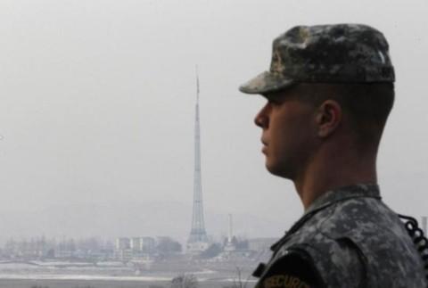 Một binh sĩ Mỹ tháp tùng các nhà báo tại một điểm gác ở Bàn Môn Điếm.