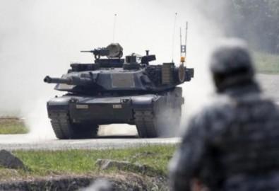 Binh sĩ Mỹ nhìn chiếc xe tăng chiến đấu M1A2 SEP Abrams trong cuộc tập trận chung giữa Mỹ, Hàn tại Pocheon.