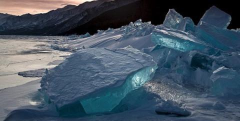 """Lớp bề mặt tuyết trắng như tấm màn che phủ những tác phẩm điêu khắc tuyệt đẹp bằng """"đá quý"""". Các khối đá băng được hình thành một cách tự nhiên trên mặt hồ, được đặt tên là ngọn đồi băng, hình thành do thời tiết khắc nghiệt."""