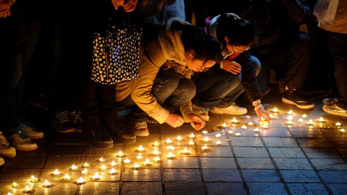 Sinh viên ĐH Cát Lâm (Trung Quốc) thắp nến cầu nguyện cho các nạn nhân trận động đất ở Tứ Xuyên