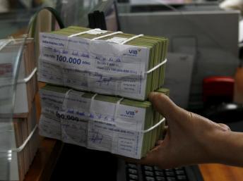 Tại một ngân hàng ở Hà Nội, tháng 10/2010. Nợ xấu trong hệ thống ngân hàng là một trong những nguyên nhân chính khiến Việt Nam tăng trưởng chậm lại.