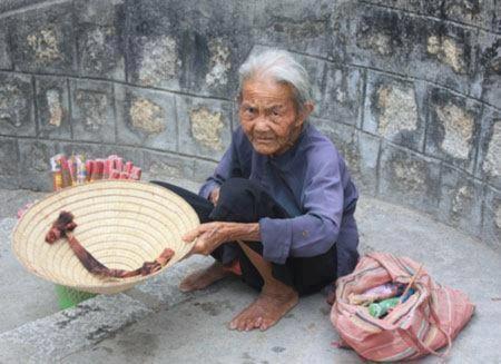 Bà lão ăn xin 78 tuổi bị đánh tại trung tâm từ thiện - Tin180.com (Ảnh 1)