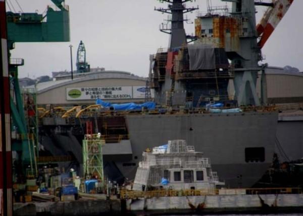 """Dự án chế tạo """"tàu khu trục"""" 22DDH được Nhật Bản triển khai từ tháng 1/2012. Từ những bức ảnh hiện có, giới phân tích quân sự Trung Quốc cho rằng 22DDH hội tụ rất nhiều công nghệ cao của ngành công nghiệp đóng tàu quân sự của Nhật Bản, hiện tại nó vẫn đang được tiếp tục chế tạo với tốc độ tương đối nhanh, chỉ chưa đầy 1 năm thân tàu 22DDH đã vượt tiến độ đóng tàu sân bay Vikrant của hải quân Ấn Độ bắt đầu trước đó 8 năm."""