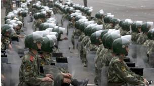 Cảnh sát dàn hàng trong tư thế sẵn sàng triển khai bên ngoài khu mua sắm ở quận Phong Đài, Bắc Kinh
