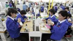 Công nhân Bắc Triều Tiên làm việc tại một nhà máy sản xuất giày của Nam Triều Tiên trong khu công nghiệp Kaesong. Khu này tuyển dụng 53.000 lao động Bắc Triều Tiên. Chính phủ miền Bắc lấy đi phần lớn khoản tiền lương khoảng 110 đôla/tháng của các công nhân này.