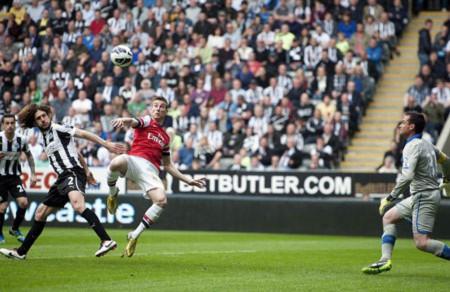 Pha ghi bàn quý giá của Koscielny mang về 3 điểm cho Arsenal