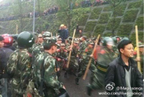 Hình ảnh 10.000 người biểu tình tại Trùng khánh- Trung Quốc - Tin180.com (Ảnh 15)