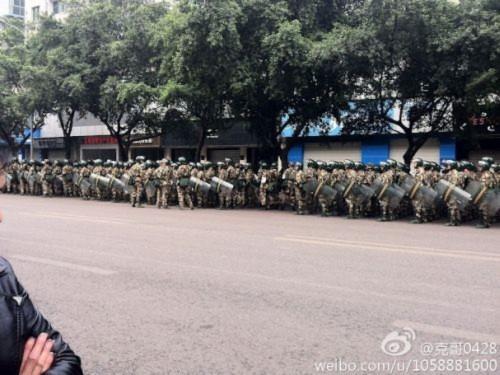 Hình ảnh 10.000 người biểu tình tại Trùng khánh- Trung Quốc - Tin180.com (Ảnh 4)
