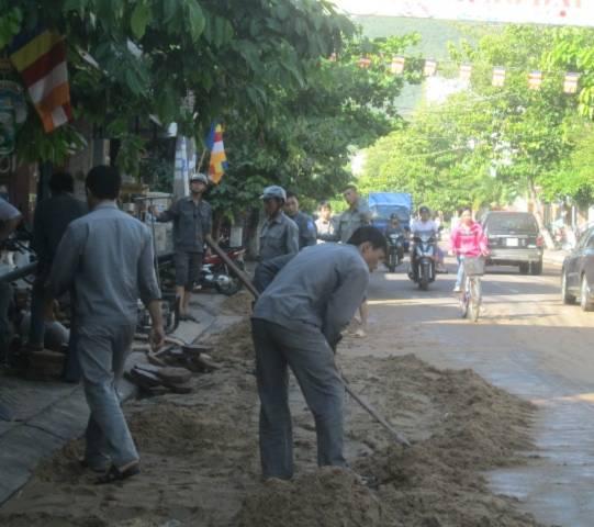 Công nhân cấp thoát nước TP Quy Nhơn khắc phục sự cố