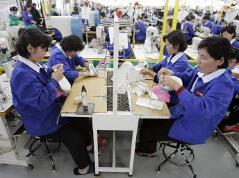 Hàng chục ngàn lao động Bắc Triều Tiên làm việc trong khu công nghiệp liên Triều Kaesong mang về cho miền Bắc nguồn thu ngoại tệ không nhỏ. REUTERS/Lee Jin-man/Pool/Files