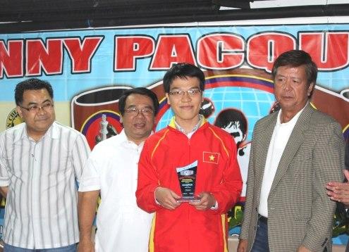 Liêm nhận cúp vô địch cờ chớp châu Á. Ảnh: Vietnamchess.