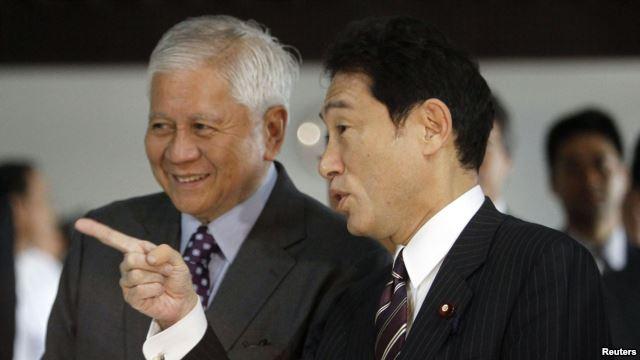Ngoại trưởng Nhật Bản Fumio Kishida (phải) và Ngoại trưởng Philippines Albert del Rosaril