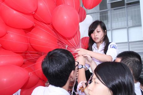 Hàng trăm quả bóng bay được tập kết tại sân trường sau tiết học cuối của khối 12