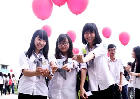Ba nữ sinh đáng yêu với tấm thiệp ghép chở ước mơ đỗ đại học