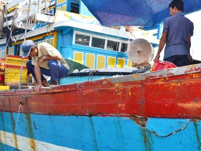 Vết nứt chạy dọc thân tàu. Ảnh: Đức Nguyễn.