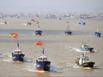 Tàu cá Trung Quốc ồ ạt tới ra ngư trường gần quần đảo tranh chấp với Nhật Bản ngày 17/9/2012. REUTERS/Stringer