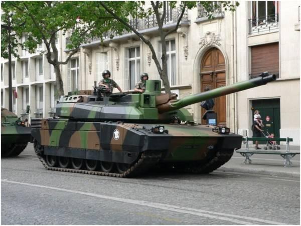 Xe tăng Leclerc trên đường phố Paris trong một buổi diễu binh.