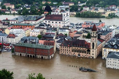 Nước sông Danube tràn vào thành phố Passau ở miền nam nước Đức hôm 2/6. Ảnh: AP.