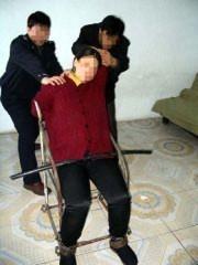 铁椅子:关进小号,把人摁在铁椅子上,铁夹扣上腿,再戴上脚镣,手反背扣上,椅子上有铁镢,强行掰上,再把铁链子挂上往下拉扣上。