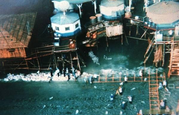 Một cụm công trình khác được xây dựng trái phép tại Đá Vành Khăn 11/1998. Mặc dù ngày càng mở rộng một cách trắng trợn các công trình quân sự tại Đá Vành Khăn, song Trung Quốc vẫn liên tục khẳng định những công trình này chỉ là nơi trú ẩn cho ngư dân.