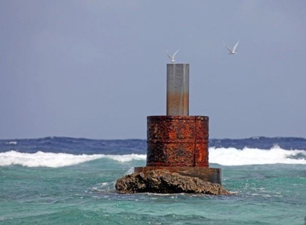Năm 2007, Trung Quốc xây dựng trái phép đài tưởng niệm 6 công nhân thiệt mạng trong vụ bão Hagibis ập vào Đá Vành Khăn.