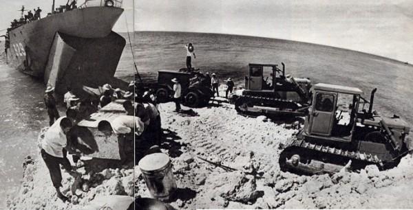 Công binh Trung Quốc với sự hỗ trợ của hải quân nước này đã đưa nhiều máy móc, thiết bị ra Đá Chữ Thập để bắt đầu kế hoạch xây dựng trái phép căn cứ quân sự. Công trình phi pháp này được hoàn thiện ngay trong năm 1988 và được sửa chữa, nâng cấp nhiều lần sau đó.