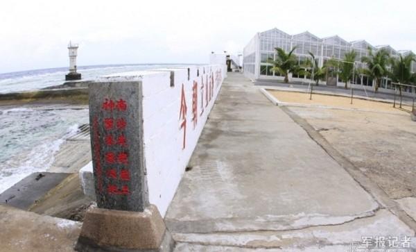 Một đoạn chân kè chắn sóng và tường bảo vệ mà Trung Quốc xây dựng trái phép trên Đá Chữ Thập.