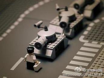 Ảnh chụp xe tăng và người đứng chận bằng trò chơi ghép hình Lego cũng bị kiểm duyệt (DR)