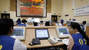 Tâm lý nhà đầu tư bị ảnh hưởng trước việc Bộ Tài chính cho phép tăng giá xăng bán lẻ, gây quan ngại về nguy cơ tái lạm phát