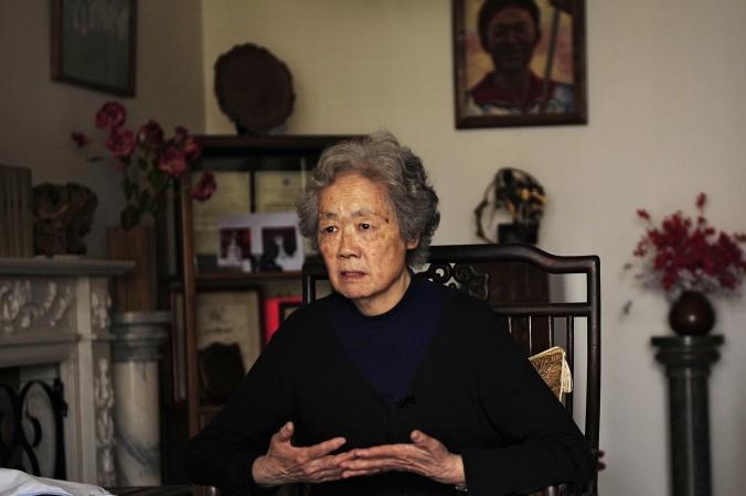 Đinh Tử Lâm (Ding Zilin), người sáng lập 'Các Bà Mẹ Thiên An Môn', nói với các phóng viên ngày 7 tháng Tư năm 2009, tại nhà của mình. Ding đã thảo luận về cái chết của con trai của mình bị bắn chết tại Thiên An Môn.