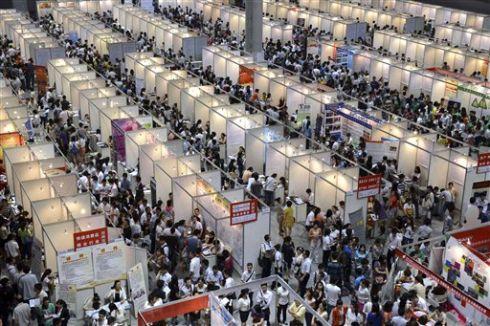 Ảnh chụp tại một hội chợ việc làm tại đặc khu Trùng Khánh, ngày 26 tháng Năm 2013. Trung Quốc dù được xem là có nền kinh tế khá hơn nhiều nước, nhưng sinh viên tốt nghiệp vẫn rất khó có được việc làm