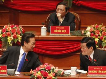 Ông Nguyễn Tấn Dũng (trái) và ông Trương Tấn Sang nhân kỳ Đại Hội XI (Reuters)