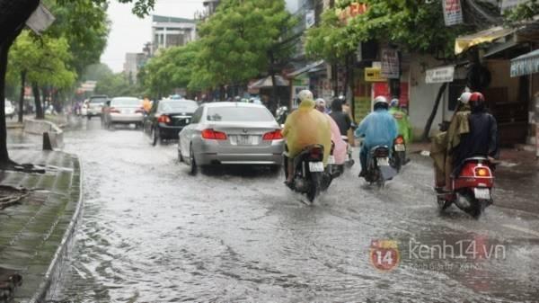 Nhiều tuyến phố Hà Nội ngập do ảnh hưởng bão số 2 1