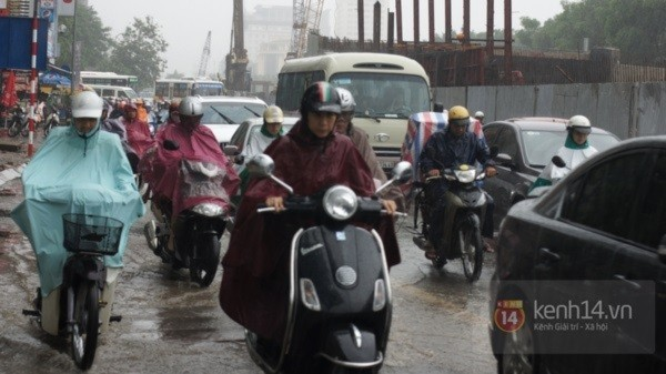 Nhiều tuyến phố Hà Nội ngập do ảnh hưởng bão số 2 13