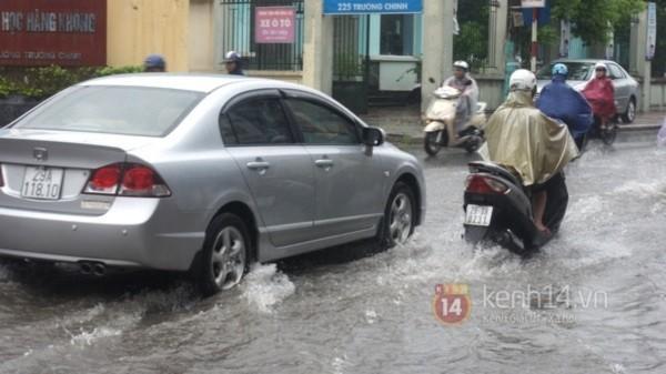 Nhiều tuyến phố Hà Nội ngập do ảnh hưởng bão số 2 3