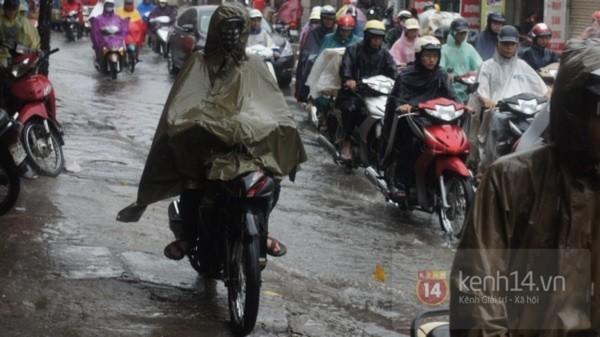 Nhiều tuyến phố Hà Nội ngập do ảnh hưởng bão số 2 4
