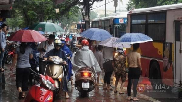 Nhiều tuyến phố Hà Nội ngập do ảnh hưởng bão số 2 5