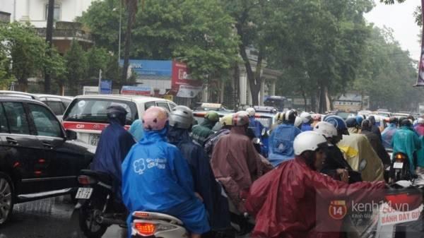 Nhiều tuyến phố Hà Nội ngập do ảnh hưởng bão số 2 6