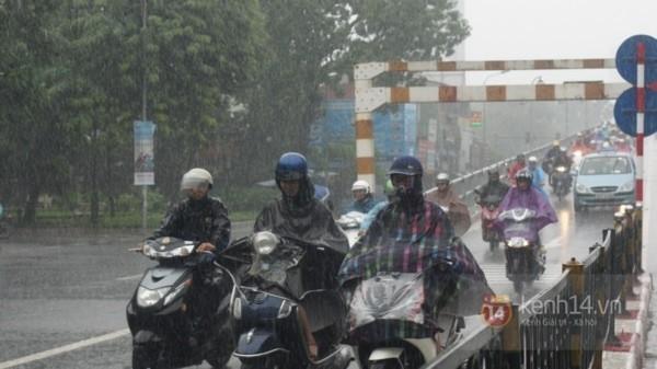 Nhiều tuyến phố Hà Nội ngập do ảnh hưởng bão số 2 8