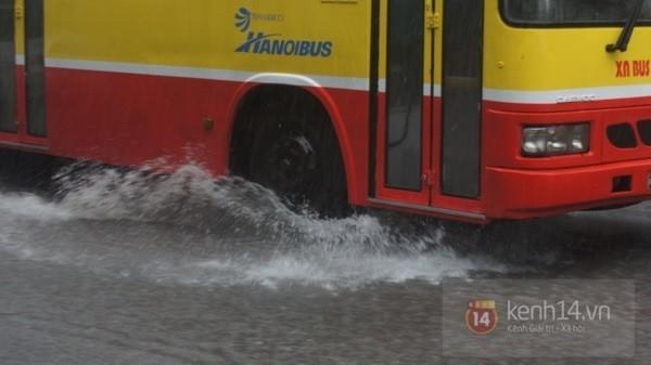 Nhiều tuyến phố Hà Nội ngập do ảnh hưởng bão số 2 10