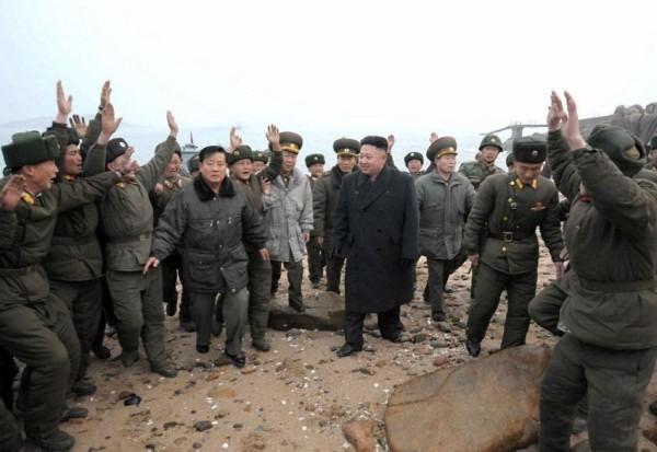 Lính Triều Tiên đồn trú trên đảo Jangjae, Nam Hwanghae khóc nức nở khi được lãnh tụ đến thăm