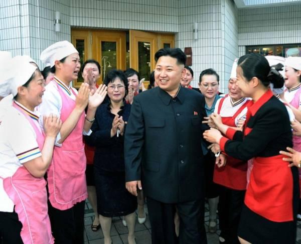 Đối với người lao động Triều Tiên, được lãnh tụ đến úy lạo tinh thần là hạnh phúc tột đỉnh. Trong bức ảnh này, chỉ duy nhất ông Kim Jong Un là không rơi lệ