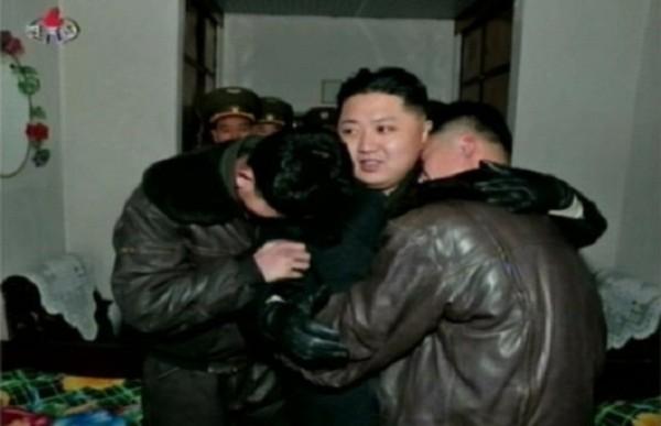 Hai quân nhân này thì sung sướng gục hẳn đầu vào vai Kim Jong Un để khóc nức nở. Đối với họ, đó là một vinh dự vô cùng lớn