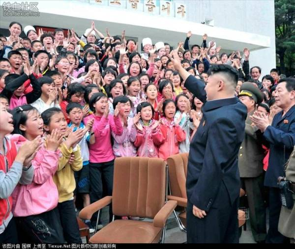 Ngày 19/5/2013, ông Kim Jong Un và phu nhân đã tới thăm một trường học nằm ở chân núi Myohyang thuộc tỉnh Bắc Phyongan. Các em học sinh ở đây vừa vỗ tay vừa khóc khi đón nhà lãnh đạo